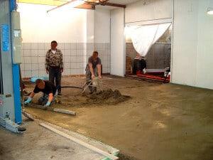 Fleissige Helfer beim Umbau der neuen Autowerkstatt